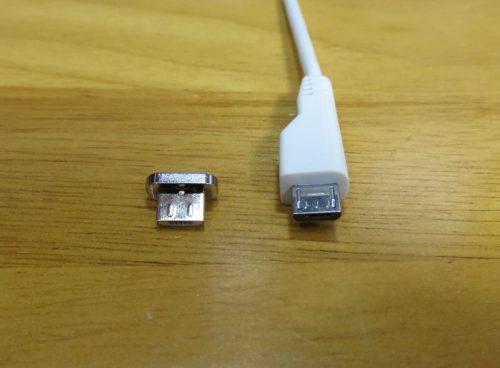 本体側のMicroUSB端子に挿す部品と充電コードのMicroUSB端子