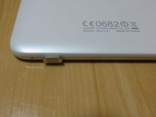 MediaPad T2 8 Proにアダプタを装着した状態(背面側)