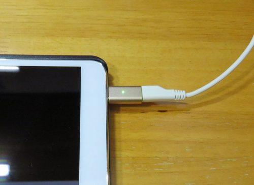 マグネットMicroUSBアダプターを使って充電ケーブルを接続する