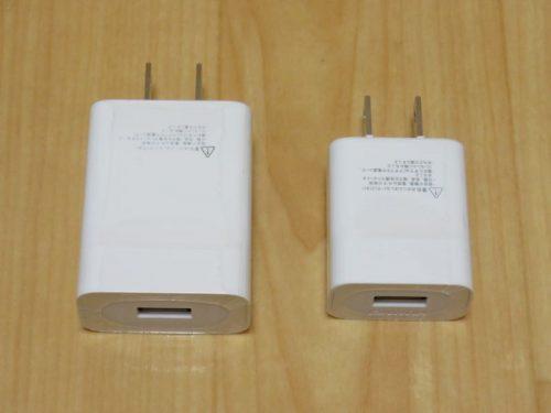 P10 lite用2A急速充電アダプター(左側)と同メーカーの一般的な1A充電アダプター(右側)
